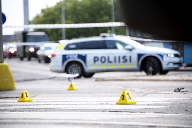 Poliisi merkitsi hylsyjen paikkoja ja muita tutkinnan kannalta merkityksellisiä kohtia Kampissa.