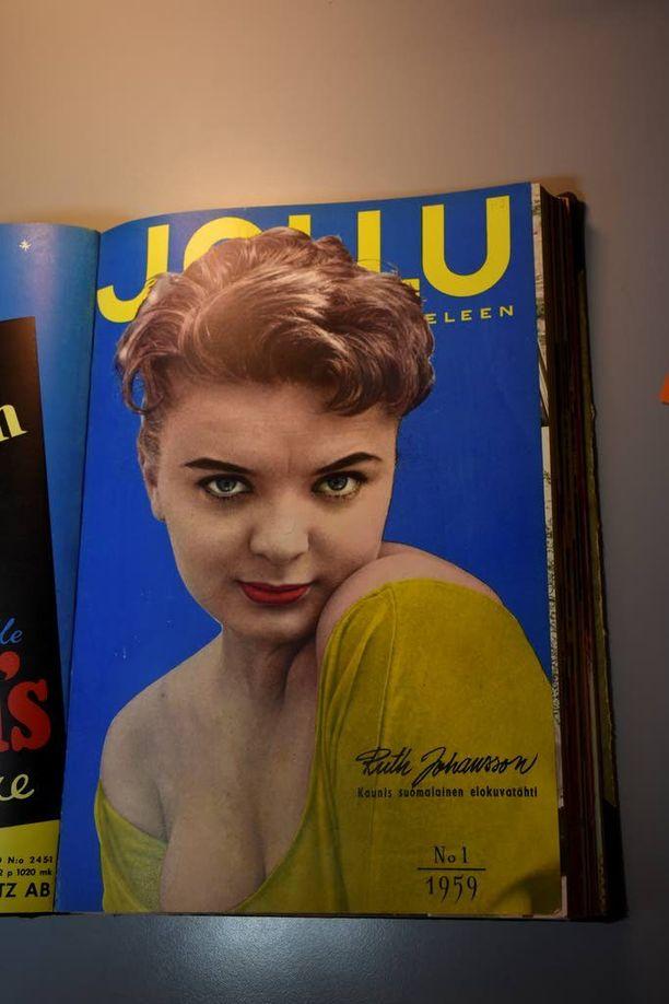 Saksassa syntynyt suomalainen näyttelijä Ruth Johansson esitteli jo varsin paljastavasti itseään Jallun kannessa vuonna 1959.
