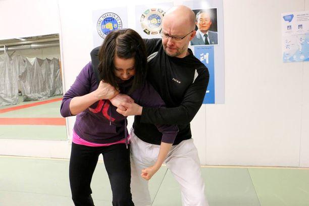 Oululainen voimankäytön kouluttaja Janne Ahonen arvioi, että itsepuolustuskoulutuksen suosio kasvaa, koska väkivallan uhka on entistä enemmän läsnä monissa ammateissa.