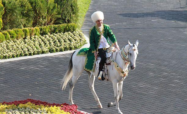 Presidentti Berdymukhamedov esittelemässä ratsastustaitojaan.