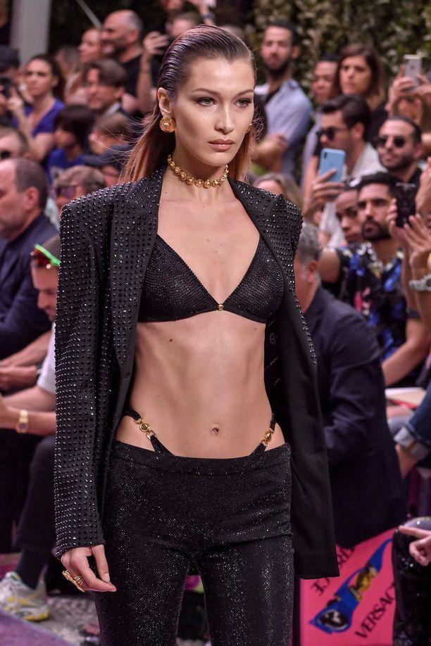 Bella Hadid Versacen kevään 2020 miesten näytöksessä.