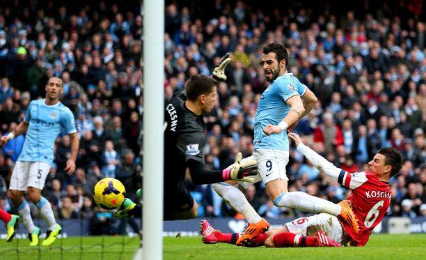 Àlvaro Negredo niittasi Manchester Cityn 2-1-johtoon.
