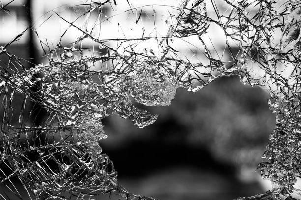 Väkivalta voi ottaa monia muotoja. Esimerkiksi muista läheisistä eristäminen tai lasten käyttäminen väkivallan välikappaleena satuttavat.
