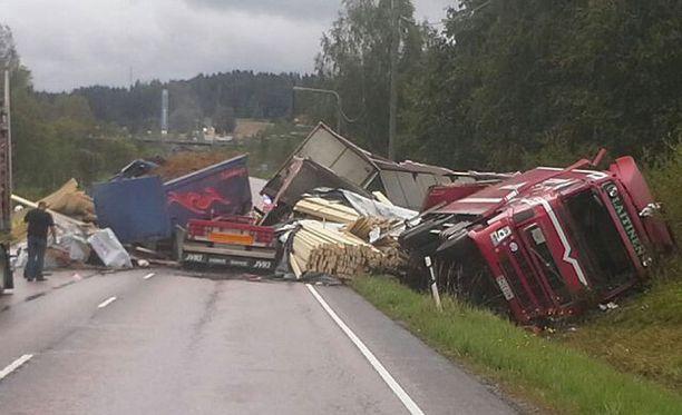Onnettomuuspaikka on noin 14 kilometriä ennen Jyväskylää, hieman ennen Muuramen Shell-huoltoasemaa.