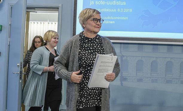 Hallitus kertoo sote-uudistuksen uusista askelmerkeistä puoli neljältä alkavassa tiedotustilaisuudessa. Paikalla ovat muun muassa kunta- ja uudistusministeri Anu Vehviläinen ja perhe- ja peruspalveluministeri Annika Saarikko.