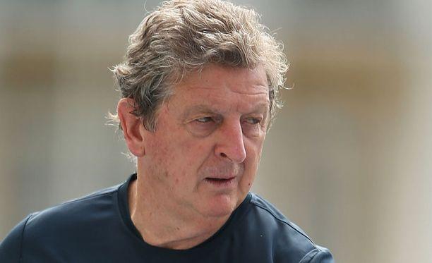 Roy Hodgson jatkaa Englannin peräsimessä aikaisesta MM-putoamisesta huolimatta.