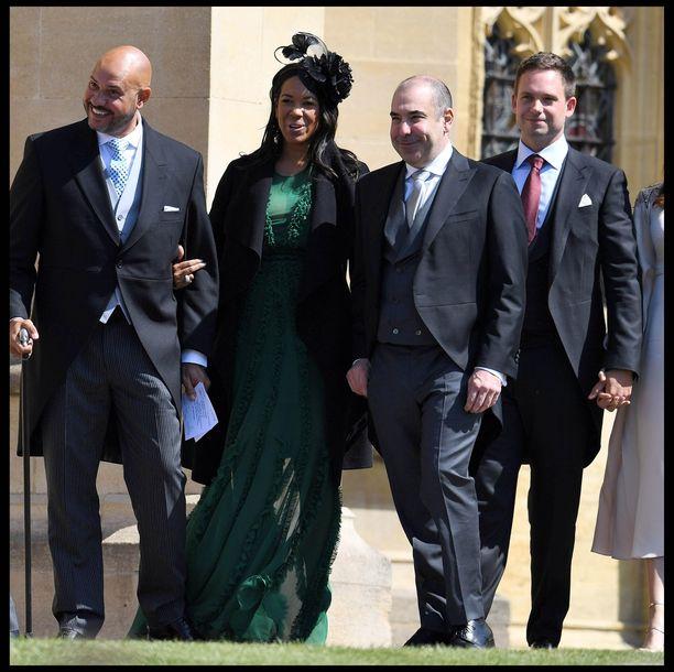 Patrick J. Adams viihtyi kuninkaallisissa häissä yhdessä vaimonsa ja Suits-kollegoiden kanssa.