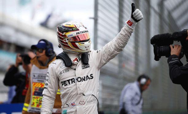 Lewis Hamilton juhli paalupaikkaa, vaikka aika-ajokello oli vielä käynnissä.