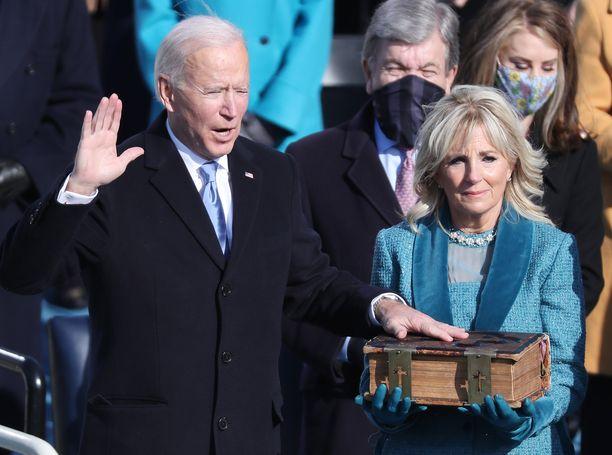 Joe Bidenin puoliso Jill Biden piteli Raamattua virkaanastujaisissa.