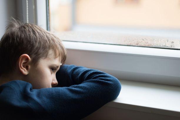 Koronan vuoksi eristäytyminen koettelee lapsia monella tapaa.