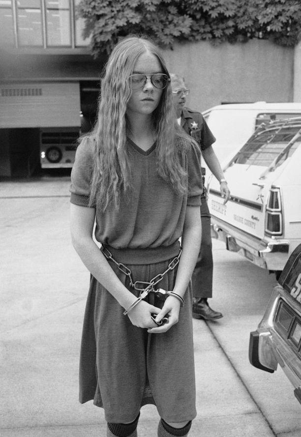 Brenda Spencer surmasi kaksi ja haavoitti yhdeksää ihmistä. Hän tulitti kiväärillä kotitalonsa ikkunasta vastapäisen koulun pihalle. Kuva lokakuulta 1979.