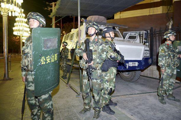 Puolisotilaallinen poliisi valvoo katuja Xinjiangissa. Kuva syyskuulta 2015.