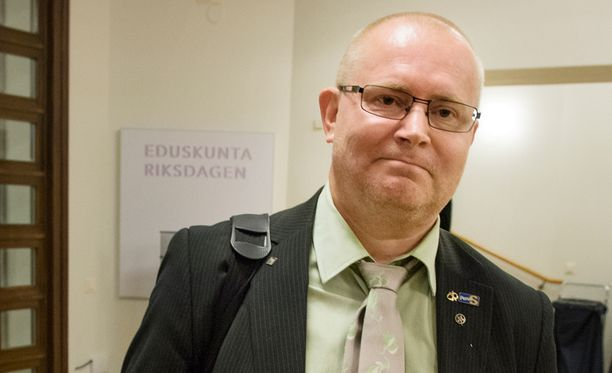 Työ- ja oikeusministeri Jari Lindström (ps) sanoo, että perussuomalaiset maksavat nyt hintaa hallituksessa olemisesta.