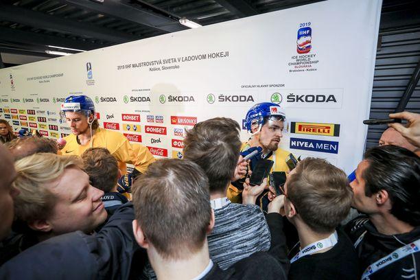 Ruotsi jatkoi tiukkaa medialinjaansa. Vain kaksi pelaajaa oli ennen Leijonat-peliä haastateltavissa, Anton Lander (oikealla) ja Adrian Kempe.
