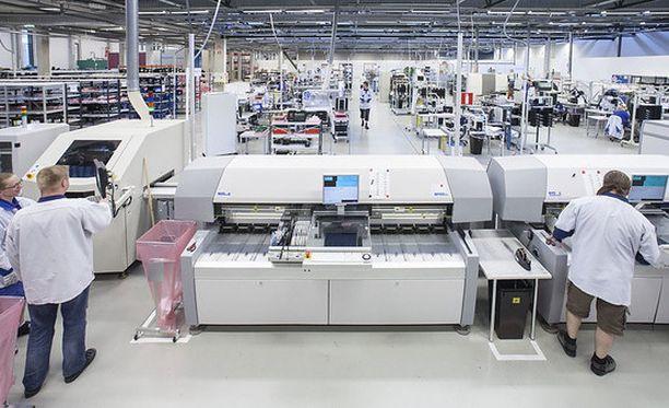 60 prosenttia teknologiateollisuuden työntekijöistä eli yhteensä noin 180 000 henkeä on nyt palkkaratkaisun osalta paikallisen sopimisen piirissä. Kuvituskuvaa.