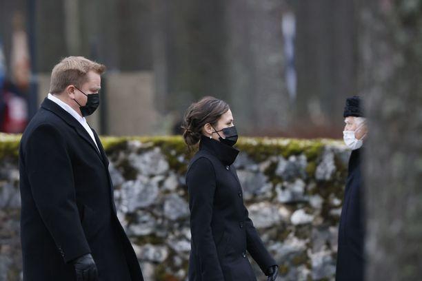 Puolustusministeri Antti Kaikkonen osallistui kihlattunsa Jannika Rannan kanssa Tuomas Gerdtin hautajaisiin.