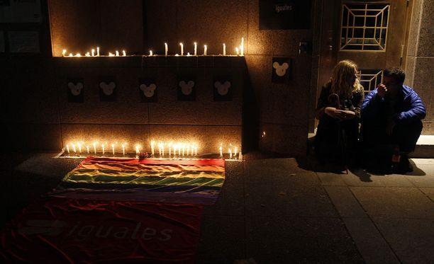 Sateenkaarijärjestöt järjestivät uhreille muistotilaisuuksia eri puolilla maata.