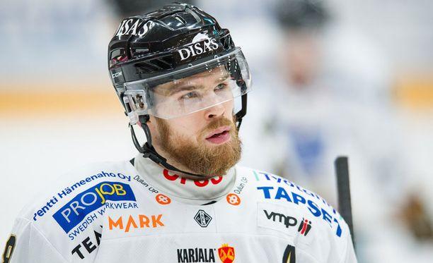 Jani Hakanpää jyräsi Juha-Pekka Haatajan yli eilen.