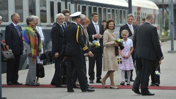 Tampereen pormestari otti kuninkaalliset vastaan rautatieasemalla.