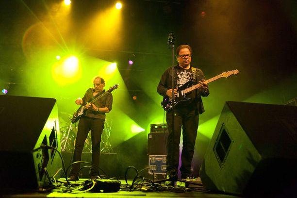 Opus on vuonna 1973 perustettu itävaltalaispumppu. Jutussa kommentoiva Ewald Pfleger kitaroi kuvassa oikealla.