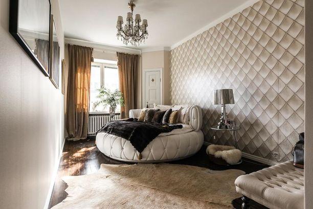 Ylelliseen tyyliin sisustetun kodin makuuhuoneeseen pehmeyttä tuovat pyöreät muodot ja lukuisat taljat, joita on käytetty sekä lattialla että petauksessa. Kristallikruunu viimeistelee tyylin.