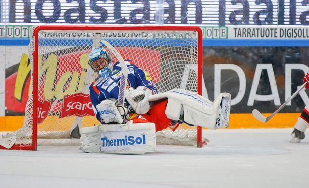 Toni Kallela laukoo ja Mika Noronen kellahtaa torjuntansa jälkeen taaksepäin.