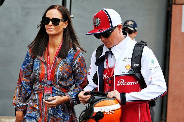 Kimi Räikkönen ajaa tänään 300. GP-kisansa. Hänen puolisonsa Minttu on tuttu näky varikolla.
