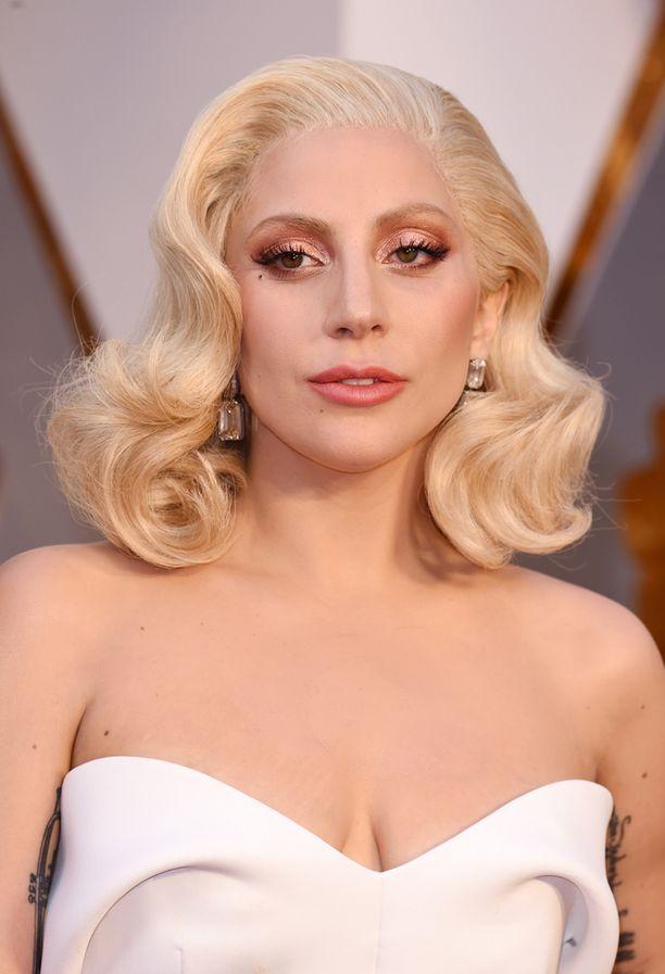 Lady Gaga inpiroitui jälleen Marilyn Monroen ikonisesta lookista. Tämän naisellisemmaksi ei kampaus mene. Huomaa voimakkaasti varjostettu silmämeikki.