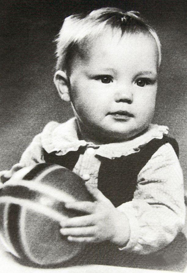 Synnyin 21.8.1952 Helsingin vanhalla kätilöopistolla. Olin aika totinen lapsi, viihdyin itsekseni pitkiäkin aikoja.