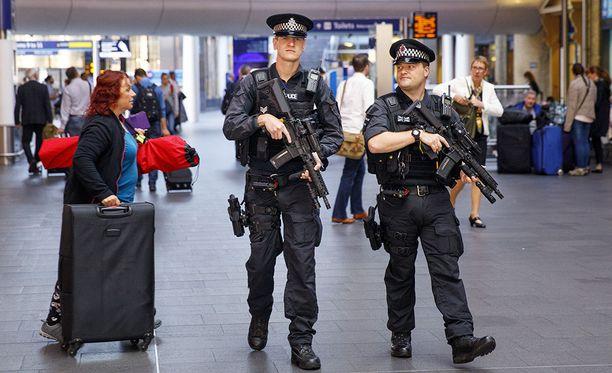 Turvatoimia on nostettu äärimmilleen koko Britanniassa. Poliisit partioivat Lontoon King's Crossin rautatieasemalla.