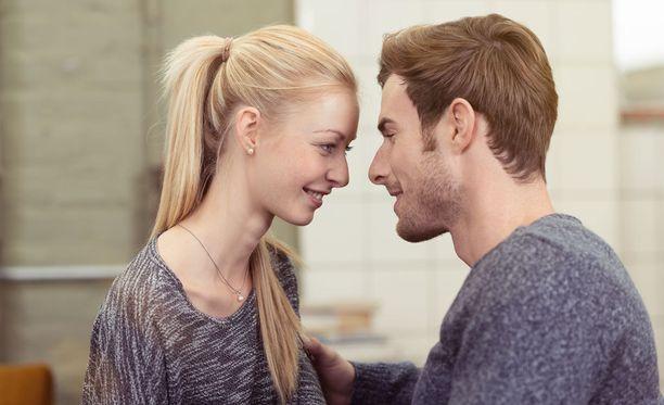 Rakastuessa naisten ja miesten hormonitasot lähestyvät toisiaan.
