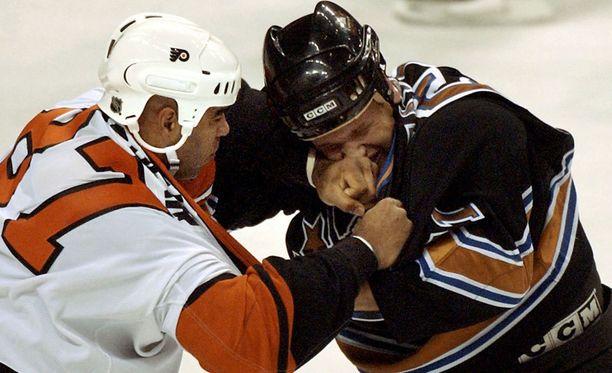Stephen Peat (oikealla) pelasi NHL-urallaan 130 ottelua Washington Capitalsissa.