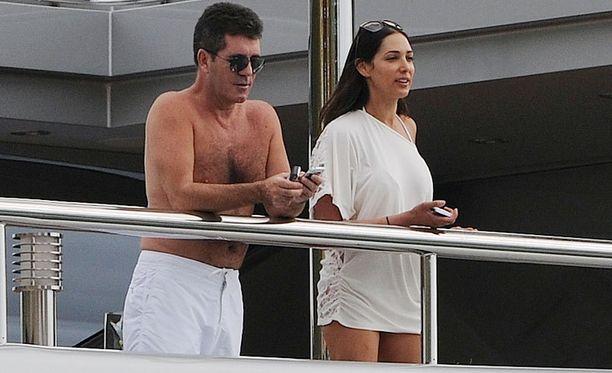 Simon Cowell ja Lauren Silverman kuvattuna jahdin kannella vuonna 2012. Myös Andrew Silverman oli samassa veneessä.