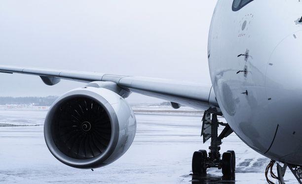Matkustajana olleen miehen mukaan matkustajat joutuivat istumaan lentokoneessa noin neljä tuntia, jonka jälkeen heidät ohjattiin terminaaliin. Kuvituskuva.