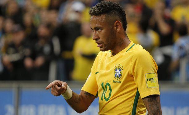 Neymar siirtyi kovan kohun saattelemana Barcelonasta PSG:hen. Siirtosumma oli hurjat 222 miljoonaa euroa.