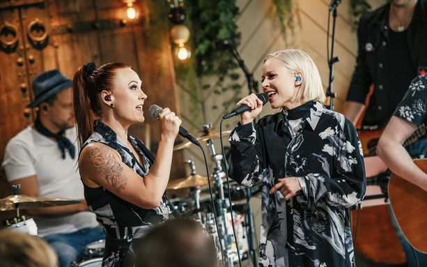 Mira Luoti ja Paula Vesala laulavat koskettavasti yhdessä.