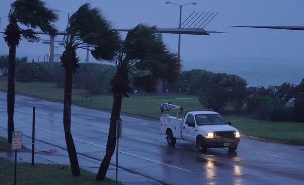 Yhdysvaltain kansallinen hurrikaanikeskus NHC on kertonut, että myrsky on heikentynyt mutta Texasin kaakkoisosissa on syytä varautua runsaisiin sateisiin ja vakaviin tulviin tulevina päivinä.