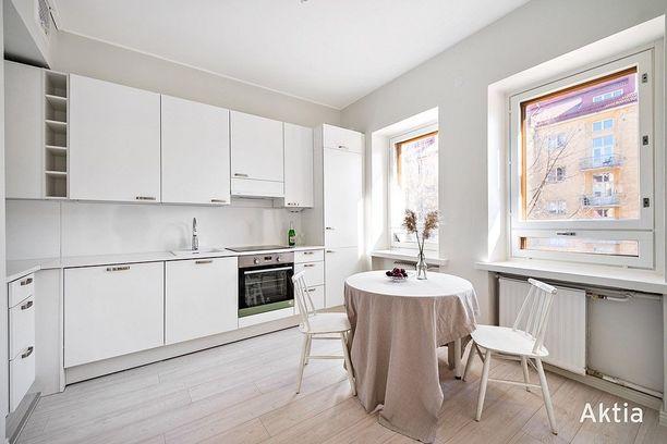 Keittiössä mahtuu mukavasti kokkailemaan ja syömään aamupalaa pöydän ääressä. Hintaa kodilla 299 000 euroa.