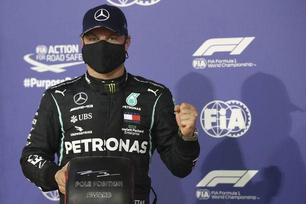 Valtteri Bottas tienaa merkittävästi vähemmän kuin Lewis Hamilton.