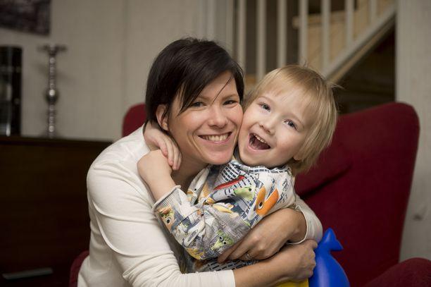 Annakaisa Koskinen on yksi harvoista, jotka ovat kertoneet FAS-taustastaan julkisesti. Hän on tätä nykyä itse 3-vuotiaan pojan äiti.