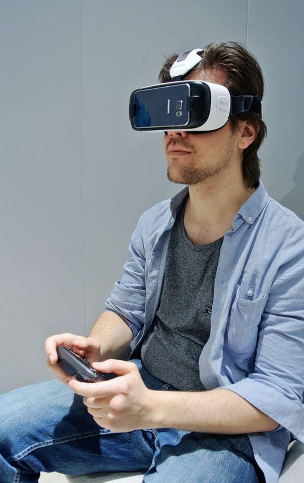 Pelaaminen onnistuu VR:ssä padiohjaimen avulla.