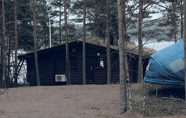 KARU PÄÄTÖS Sukarit viettivät mökkiviikonloppua suomalaissyntyisen 61-vuotiaan liiketuttavan ja tämän 49-vuotiaan vaimon kanssa juuri ennen joulua.