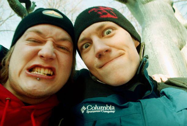 Jarno ja Jukka Iltalehden kuvauksissa vuonna 2002.
