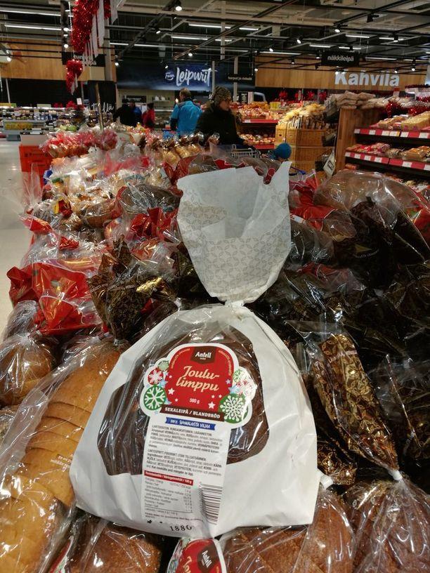 Esko Junttila suosittelee joulupöytään perinteistä joululimppua, joka ostetaan juhlan kunniaksi kokonaisena.