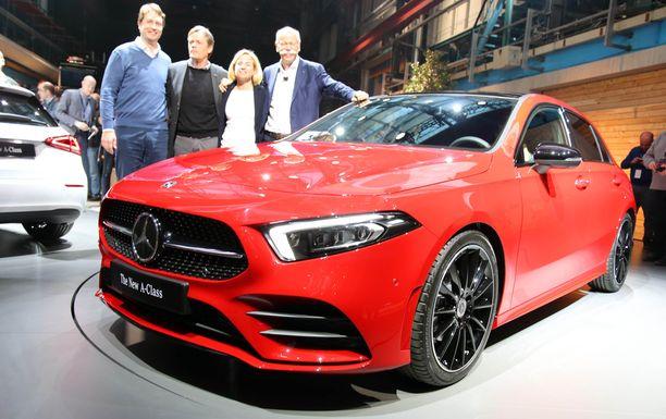 Vahva uusi keulan ilme - isomman auton tuntua. Muhkeilla viiksillä varustettu mies on Daimlerin pääjohtaja Dieter Zetze.