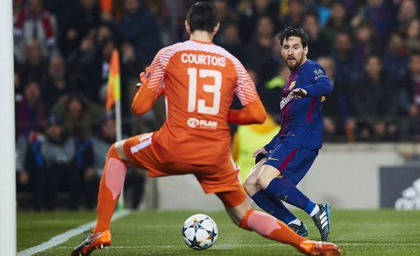 Leo Messi uittaa ensimmäisen maalin Thibaut Courtois'n längistä.