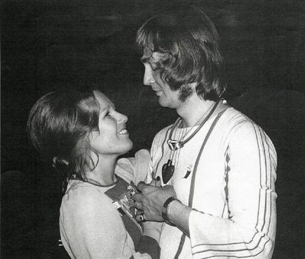 Mehän oltiin hippejä, etkö muista. Oli sinullakin kukkamekkoa sun muuta, Jukka kiusoittelee Sirpaa. Kotialbumikuva on vuodelta 1968, kotihipoista. Perheessä oli silloin kolme lasta, ja Jukka oli julkaissut jo ensimmäisen pitkäsoittolevynsä.