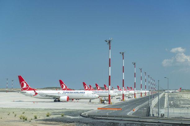 Myös Turkish Airlines makuuttaa Boeing  737 Max -koneitaan kentällä.