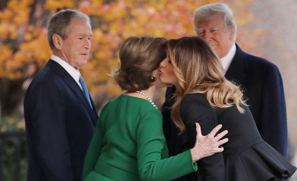 Donald ja Melania Trump kävivät tiistaina tervehtimässä maan entistä presidenttiparia George W. ja Laura Bushia presidentin Blair House -nimisessä vierastalossa Valkoisen talon vieressä.