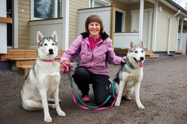 Hilla ja Turo pitävät huolta siitä, että Kaarina Malm saa varmasti liikuntaa joka päivä.
